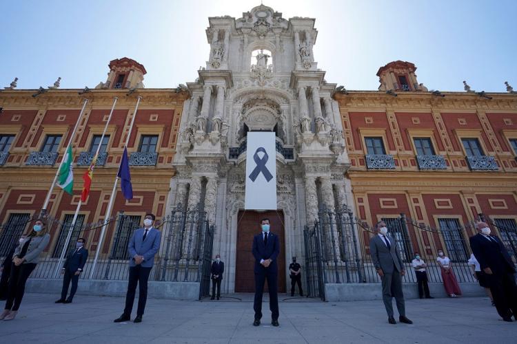 El Gobierno andaluz guarda un minuto de silencio por las muertes del coronavirus, el pasado 25 de mayo, ante San Telmo.