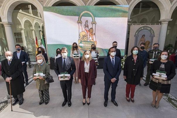 Foto de familia de los galardonados con la consejera y el delegado de la Junta en funciones.