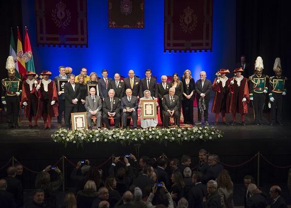 Foto de familia de los premiados con los representantes de la corporación.