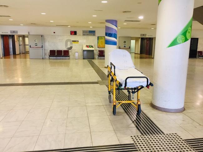 Una camilla en el Hospital San Cecilio.