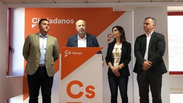Javier Imbroda y cargos de su partido en Málaga, este domingo.