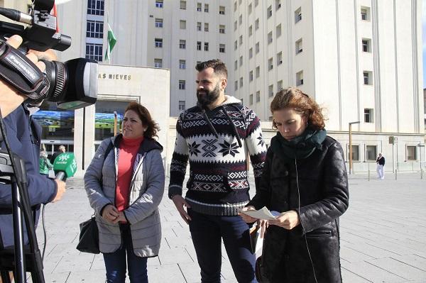 Los parlamentarios Ana Villaverde y Jesús Fernández con la coordinadora provincial de IU María del Carmen Pérez.