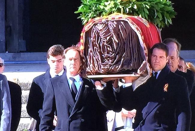 Nietos del dictador llevan el féretro con sus restos en el Valle de los Caídos.