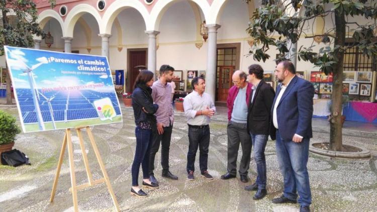 Representantes de IU esta mañana en el Ayuntamiento de Granada.
