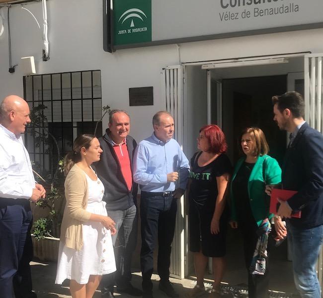 Representación socialista con el alcalde de Vélez Benaudalla.