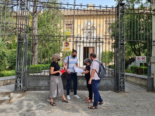 Representantes de IU a las puertas del Rectorado de la UGR.