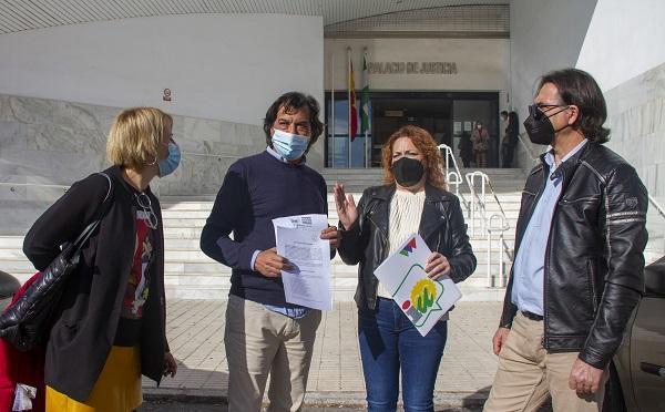 La coordinadora provincial ha acompañado a los compañeros de Motril en la presentación del escrito.