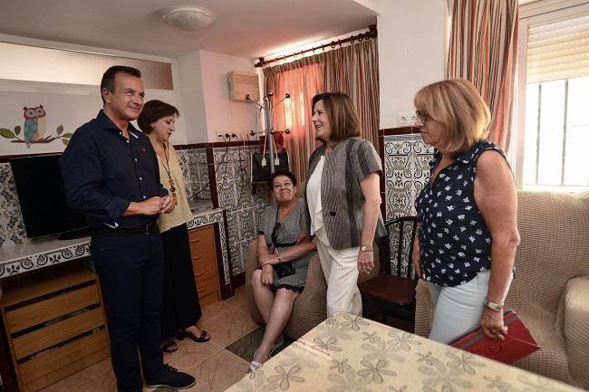 La consejera y otros responsables de la Junta en la visita a las viviendas tuteladas.