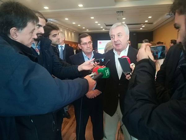 El exministro José Blanco atiende a los periodistas.