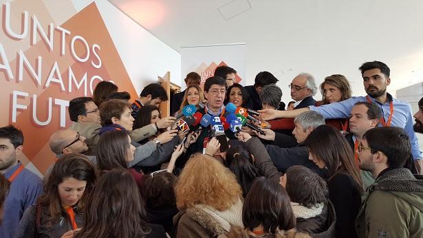 Juan Marín atiende a la prensa.