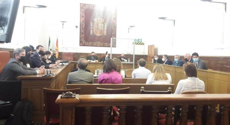 Los acusados, entre ellos Eduardo Moral y María Francés, este martes en la Audiencia.