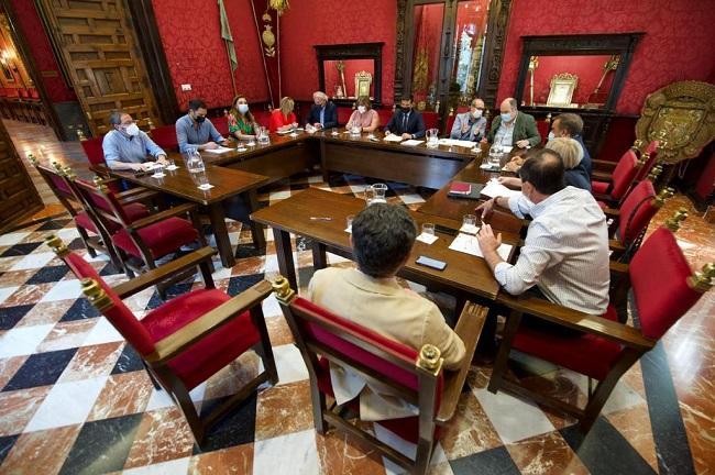 Imagen de la primera reunión de la Junta de Gobierno Local, de la que forma parte Huertas.