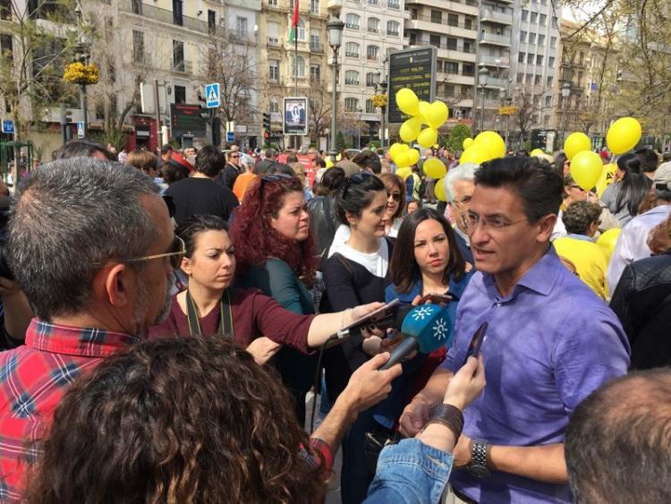 Luis Salvador atiende a los medios antes de participar en la manifestación.