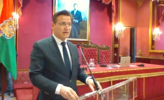 Luis Salvador durante su intervención en el pleno.
