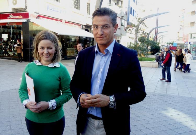 Luis Salvador con Lola Sánchez, en Motril.