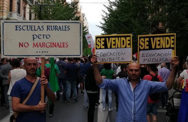 Manifestación al inicio de curso en defensa de la escuela rural.