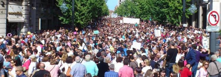 Una impresionante marea recorrió las calles de Granada contra el modelo sanitario.