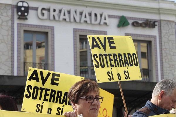 Detalle de una manifestación por un tren y un AVE dignos para Granada.