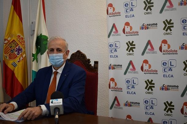 Manuel Montalvo, en una rueda de prensa como concejal de Albolote.