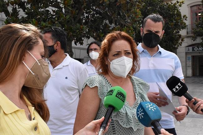 Mari Carmen Pérez atiende a los periodistas.