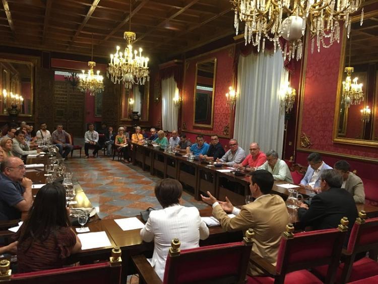 Un momento de la reunión celebrada en el salón de plenos de la capital.
