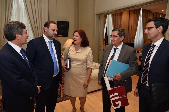 La diputada, junto al presidente de la Diputación y el alcalde de Granada, en la reunión del pasado julio con el ministro.