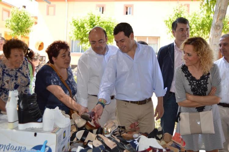 Juan Manuel Moreno, este viernes en el mercadillo de Atarfe.
