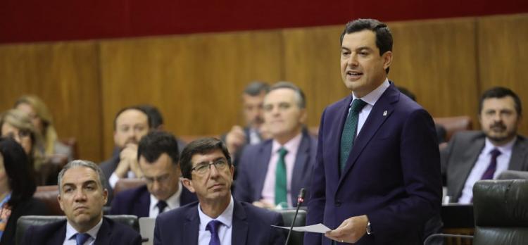 El presidente de la Junta, junto al vicepresidente y el consejero de Presidencia, en el Parlamento.