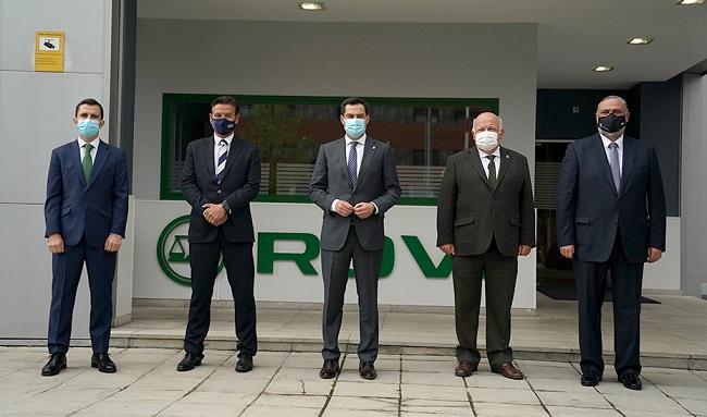 Juan Manuel Moreno, con el resto de autoridades, en su visita a Rovi.