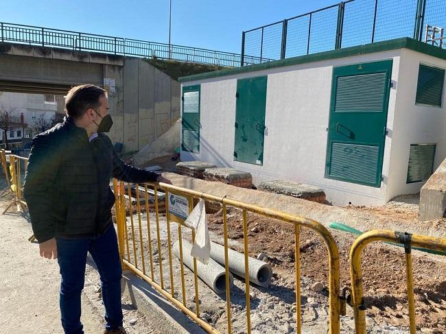 Jacobo Calvo junto al transformador en obras en Haza Grande.