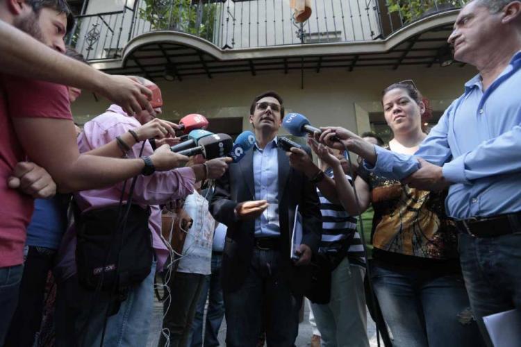 Francisco Cuenca atiende a los periodistas antes de reunirse con Ciudadanos.