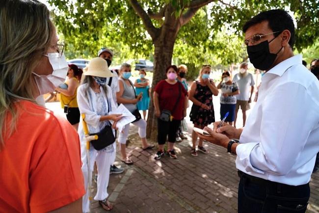 El alcalde, Francisco Cuenca, en su visita al Distrito Norte este lunes.