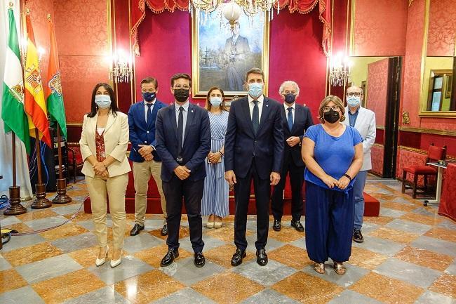 Foto de familia de la visita de Pedro Fernández al Ayuntamiento de Granada.