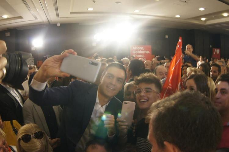 Pedro Sánchez, al abandonar el hotel de Granada donde ha ofrecido el primer mitin de precampaña de los socialistas granadinos.