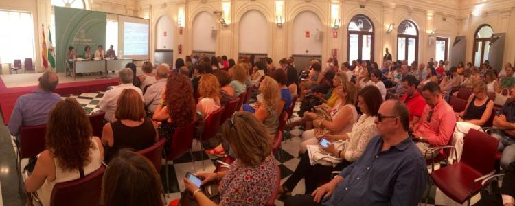 La consejera ha presentado el plan a representantes de asociaciones de la provincia de Granada.