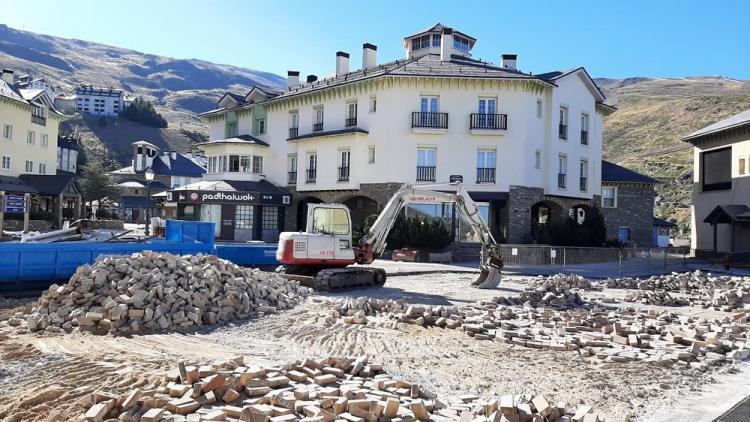 Obras de mejora en la plaza de Andalucia de Pradollano, centro neurálgico de la estación de esquí de Sierra Nevada.