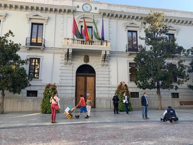 Imagen del Ayuntamiento de Granada, este martes, cerrado para proceder a su desinfección.
