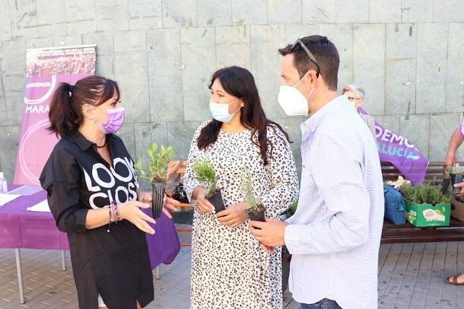 La portavoz de Podemos Maracena con Alejandra Durán y Manu Ríos.