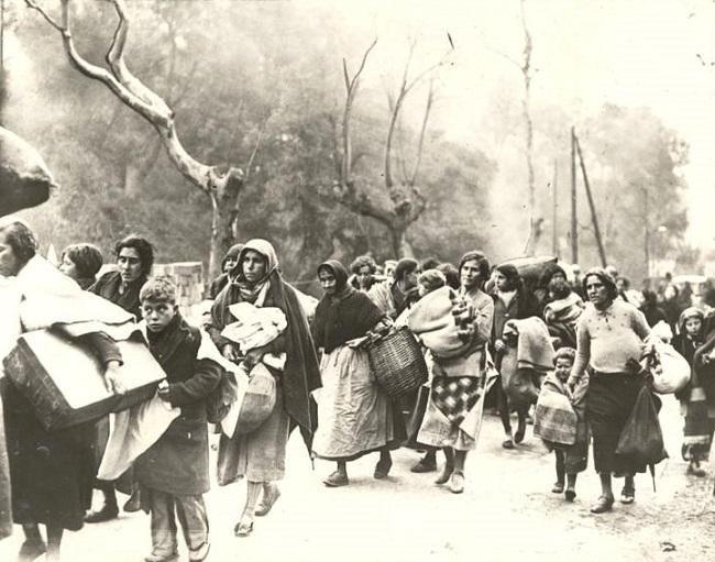 Mujeres huyen hacia la frontera francesa.