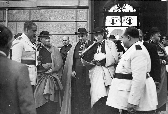 Fontana Tarrats (primero por la izda.) en la puerta del Ayuntamiento tras el homenaje al arzobispo Parrado (con capa blanca), en octubre de 1945.