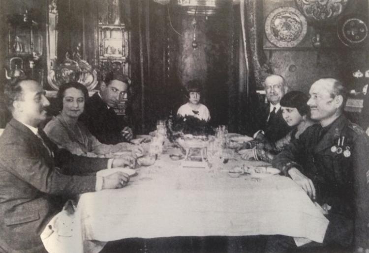 Fotograma de la película La Malcasada (1926), rodada en la casa de Natalio Rivas. Aparecen Francisco Franco y Millán-Astray en los extremos. Al fondo, Natalio Rivas; también están la mujer y una nieta de Natalio, además de los actores María Banquer y José Nieto.