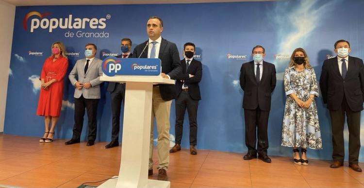 El presidente provincial del PP junto a sus concejales en el Ayuntamiento de Granada..