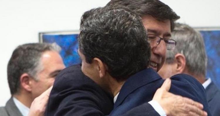 Juan Marín se abraza a Juan Moreno, en la primera reunión para formalizar un pacto de gobierno.