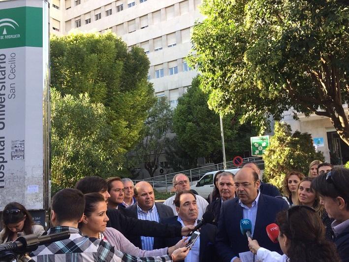 Sebastián Pérez atiende a los medios a las puertas del Clínico.