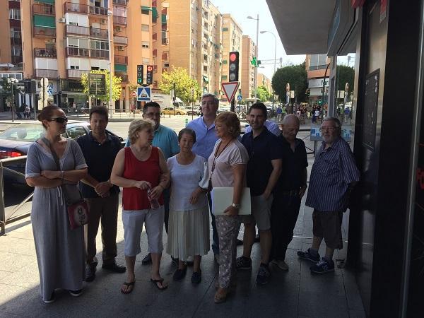 Representantes del PP y vecinos en el Zaidín.