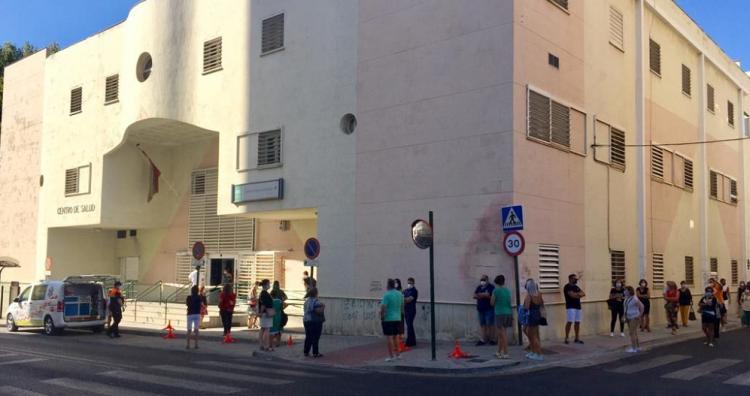 Docentes guarda cola para ser sometidos a pruebas del Covid en el Centro de Salud del Zaidín.