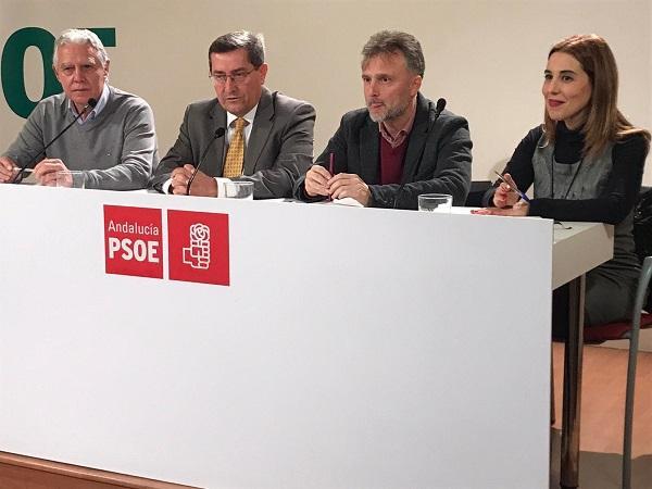 José Fiscal, junto a Entrena y otros cargos de su partido, este miércoles en Granada.