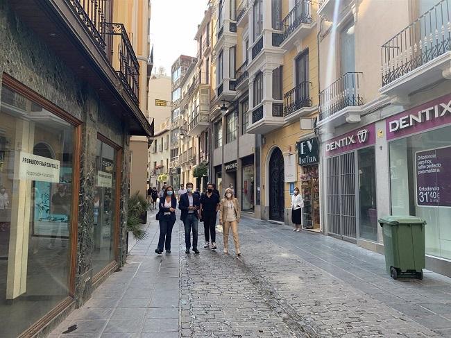 Visita del PSOE a la calle Mesones, arteria comercial del centro histórico de Granada