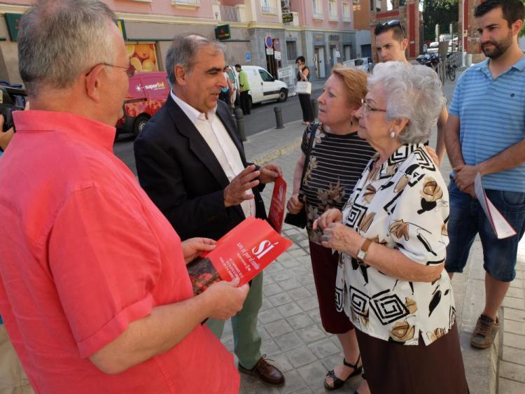 Olmos y Rueda conversan con ciudadanas.