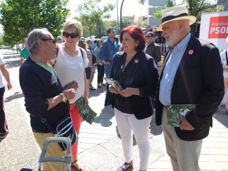 Elvira Ramón y Gregorio Cámara charlan con un vecino del Zaidín.